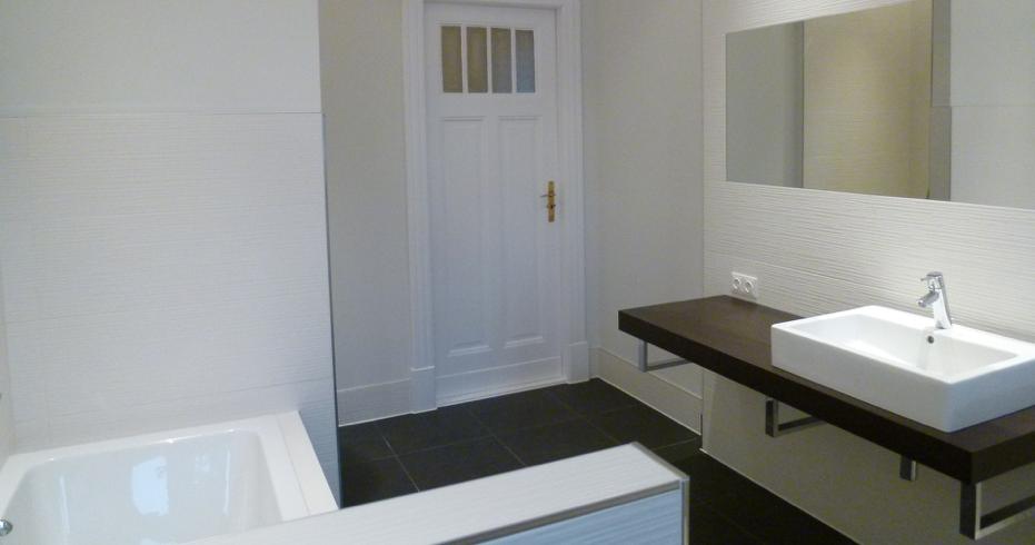 bad 4 og mit waschtisch makassar und handtuchhalter badewanne dusche mit regendusche wc und. Black Bedroom Furniture Sets. Home Design Ideas